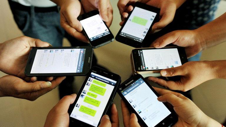 资料图片:手机用户展示微信页面。 (法新社)