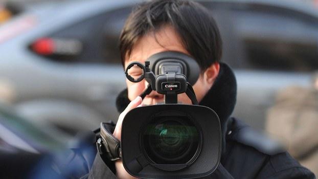 今年11月8日是中国每年一度的记者节。一位老记者感叹道,在民众难知真相的年代,记者这个职业,没有也罢。(资料图/法新社)