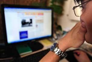 图片:一位北京网友正在上网浏览信息。(法新社资料图)