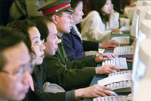 资料图片:中国钳制网络自由的力度持续加大,当局发动群众互相监察举报。(AFP)