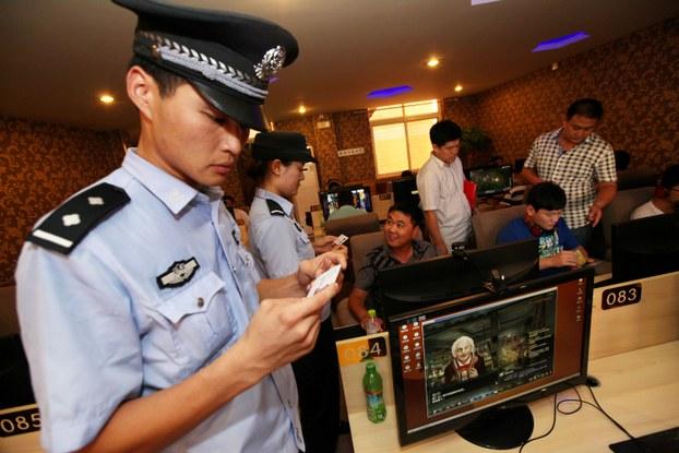 图为警察在山东枣庄的一家网吧内进行巡逻及检查工作。 (法新社资料图片)