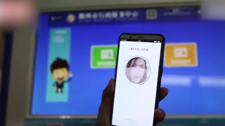 根据官方的讲法,网证绑定了申请者的生物特征及身份证,并有多重密码,极难被伪冒,即使遗失手机也要人脸辨识。(网络视频截图)