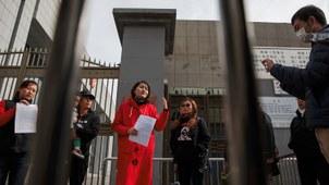 资料图片:2018年4月4日,被拘押的维权律师王全璋的妻子李文足在中国最高法院外对记者讲话。(路透社)