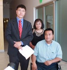 抗议人士周锋锁(左)黄慈苹(中)方政(右)结束与马云的代表会见后接受记者采访(CK摄)