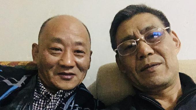 """李大伟(右)曾因""""颠覆国家政权罪""""被长期囚禁,他强调当年坐牢是冤狱。(李大伟提供,拍摄日期不详)"""