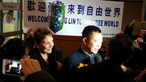 """2018年1月26日,安徽维权人士张林(右)抵达美国纽约,""""女权无疆界""""创办人瑞洁(左)亲自迎接。(瑞洁独家提供)"""