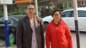 """安徽合肥访民裴莉(右)和""""维权网""""信息员周维林(左)从河北省遣返合肥后摄。(周维林独家提供,拍摄日期不详)"""