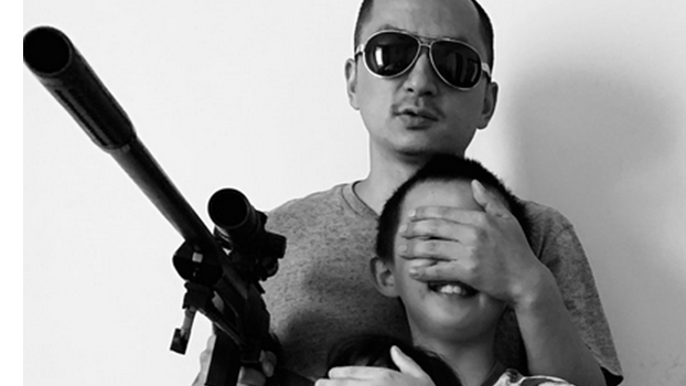 """王藏被以涉嫌""""寻衅滋事""""传唤,这张他与孩子的合照被视为祸根。(照片来自王藏推特)"""
