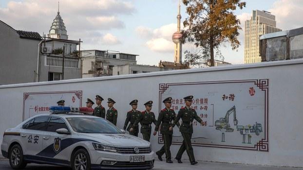 中国国际进口博览会揭幕。为了确保博览会不出差错,上海当局严阵以待。图为2019年11月5日,武警在上海豫园附近巡逻。(美联社)