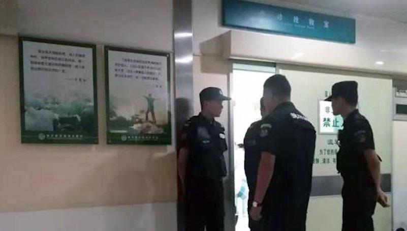 2019年10月26日,民警守住急诊室门口不让家属接触陈春章。(叶木兰提供)