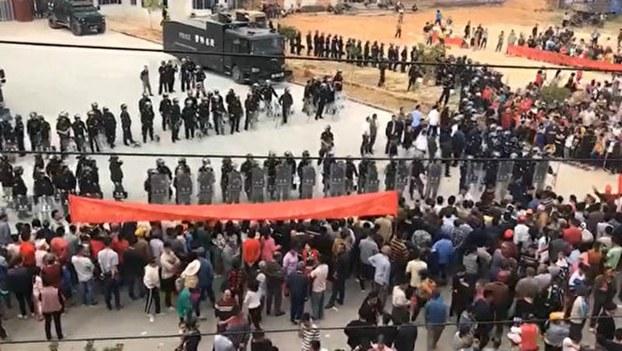2019年11月28日,广东茂名化州市文楼镇居民在镇政府前游行示威,与警方对峙。村民要求撤销火葬场项目。(视频截图)