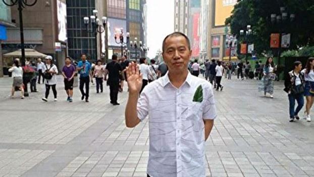 2018年5月1日,绿叶行动倡议人薛仁义佩戴象征生命的绿叶在重庆解放碑广场上街散步被抓。(推特图片)