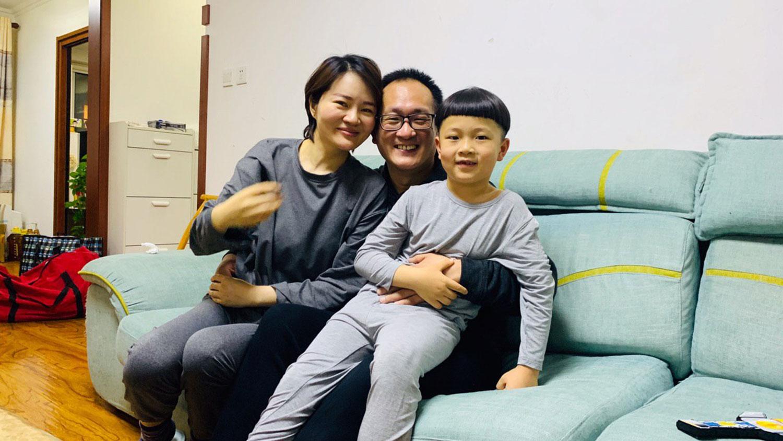 照片摄于2020年4月27日晚上,王全璋一家三口在沙发上拥抱在一起。(李文足提供/记者高峰)