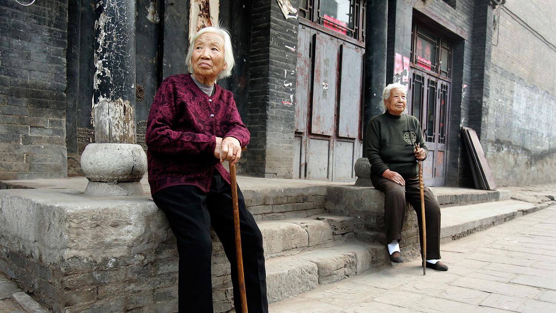 资料图片:居民在古老的城寨平遥古城内的一条旧街上休息。(路透社)