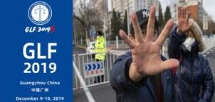 左图为2019世界律师大会,12月9日至10日在广州举行。(网页截图/世界律师大会官网); 右图为中国709案被关押的人权律师的家属在法院前要求释放她们的丈夫。(资料图/法新社)