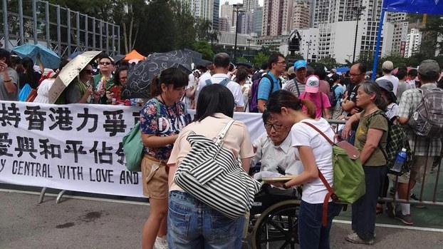 二〇一四年从荷兰坐轮椅到香港参加纪念六四活动的张英先生在香港活动现场。(天溢提供)