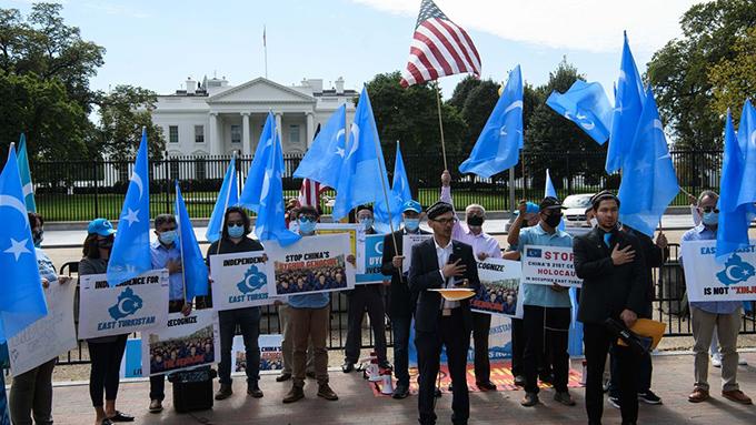 2020年10月1日,维吾尔民众在美国白宫前示威反对中共的新疆政策。(法新社)