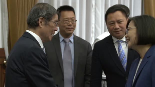 中国律师滕彪(左二)(视频截图)
