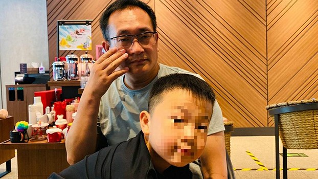 出狱后的王全璋与儿子在一起(李文足推特截图)