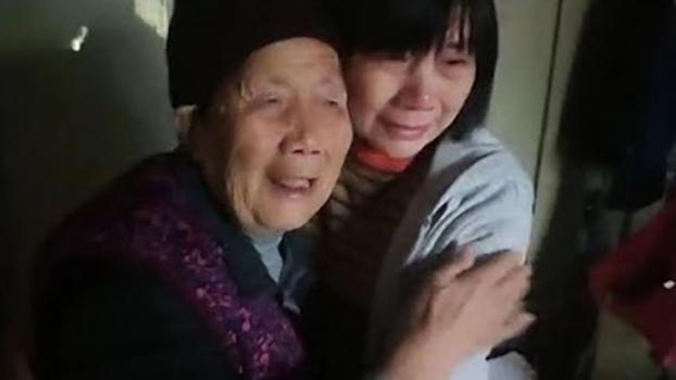 获刑六年半的江西人权捍卫者刘萍出狱后与八十八岁老母相拥而泣(维权网)