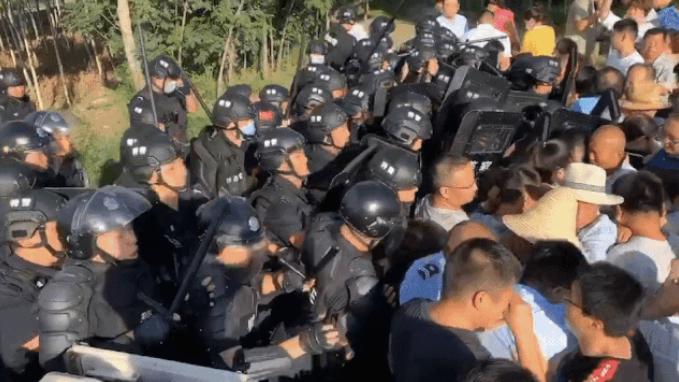 2020年8月4日凌晨,河北徐水国营农场人员意图偷偷拆除大午集团位于郎五庄村的办公室,遭大午员工阻止,双方爆发冲突后徐水区公安介入。(微信截图/大午集团公众号)