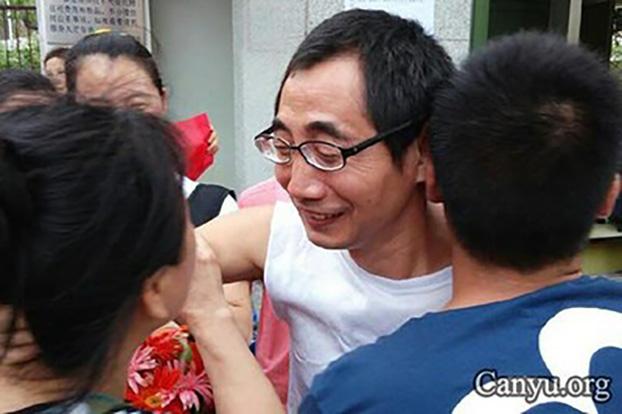 被捕的中国劳工维权人士吴贵军(中)(参与网)