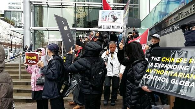 加拿大维吾尔人在中国论坛会场门口举行抗议活动 (受访者提供)