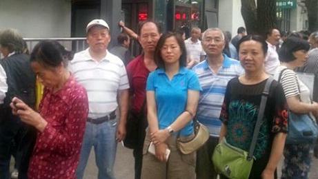 王晶(穿蓝色短衫者)入狱前参与维权(志愿者提供/记者乔龙)