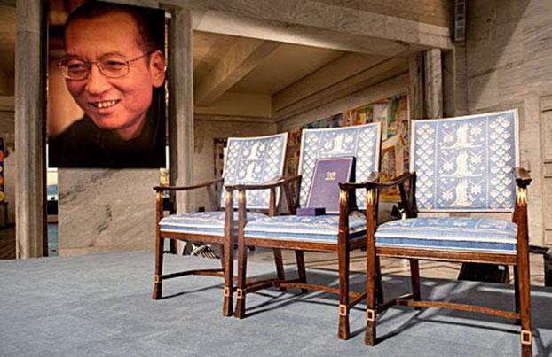 刘晓波62岁冥诞。诺贝尔奖官方推特(Twitter)当天发布推文悼念,配图为2010年大会颁发诺贝尔和平奖时一张空椅照片。(诺贝尔奖官方Twitter)