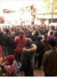 图片:达州市开江县城管人员粗暴执法,引起路人围观谴责。(现场人士独家提供)