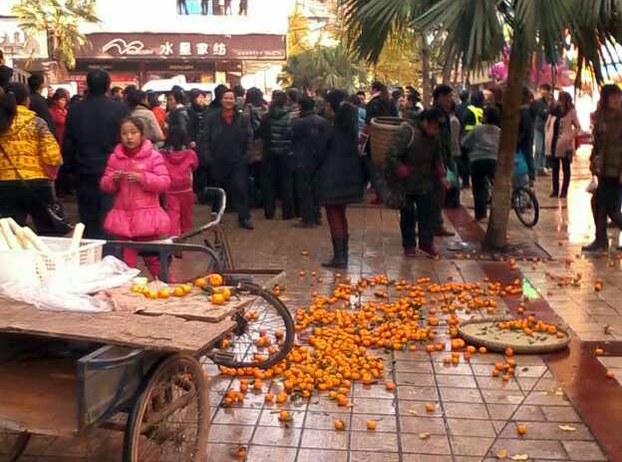 图片:小贩贩卖的橘子被掀翻,撒了一地。(现场人士独家提供)