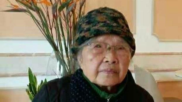 黄琦的母亲蒲文清罹患肺癌,饮食困难。(志愿者提供/记者乔龙)