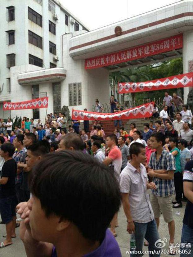 广东省河源市和平县汤湖村的数百村民游行及围堵县政府。(微博)