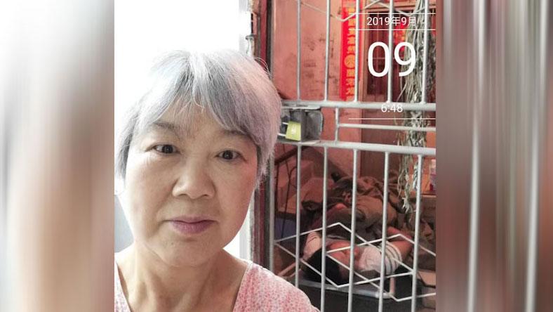 贵州民族学院副教授黄椿在教师节被地方当局雇佣的保安看守,不准其外出。(当事人提供/记者乔龙)