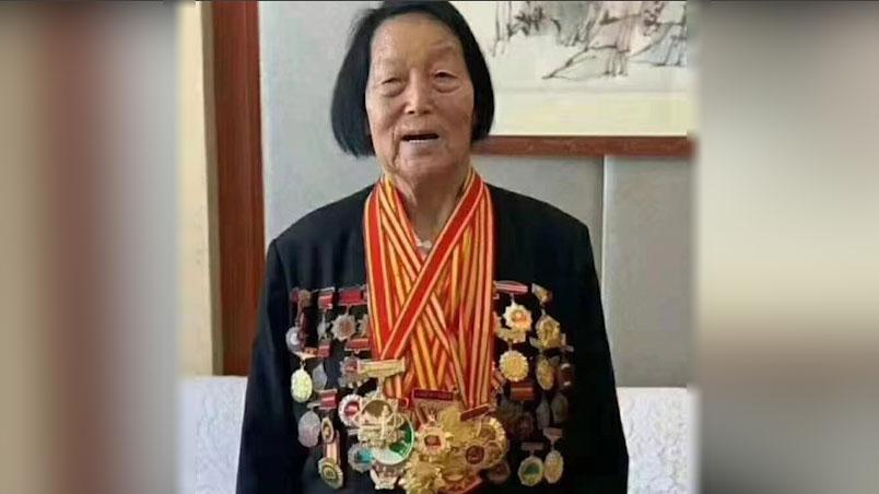 2019年9月7日,申纪兰被授予共和国勋章。(网络图片/乔龙提供)