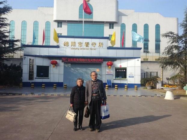 2018年3月6日,黄琦的母亲蒲文清和代理律师刘正清在绵阳看守所外。(RFA档案资料图)