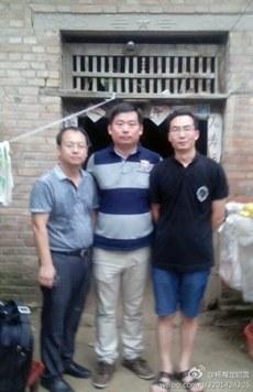 杨海龙(中)和刘晓原(左)及李方平(右)两位律师探望冀中星家时所摄。。(图片来源杨海龙微博)