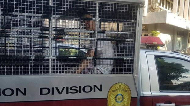 泰国警方将邢鉴带上警车拉走(志愿者提供/记者乔龙)