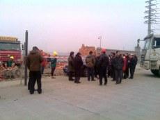 双流县村民阻止开发商施工。(维权人士提供/记者乔龙)
