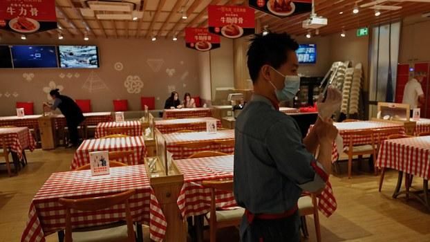 新冠病毒的爆发使中国经济遭受打击。图为2020年3月24日,北京一家饭馆内仍然冷清。(美联社)