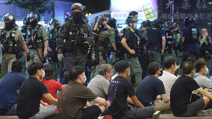 2020年7月1日,香港警察拘捕抗议民众。(美联社)