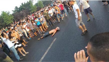 图片:成都三环路外侧主道发生一起因严重车祸引起的千人骚乱,一名司机当场死亡。(网络图片)
