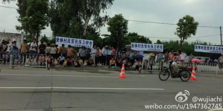 图片:广东省佛山市顺德区政府强征小王布村500亩耕地,遭近千名村民堵路抗议。(微博图片)