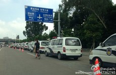 图片:当局出动大批警力到场维稳。(微博图片)