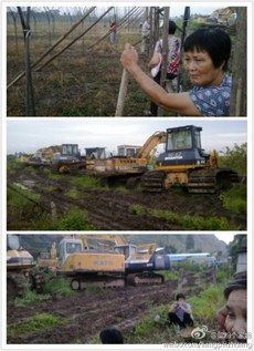 图片:当局曾出动一部大勾机和九部泥头车,欲强行铲平村民土地。(微博图片)