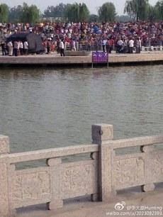 周日,一名19岁少年在江苏响水县响水湖公园的湖中溺亡,直到周三尸体才被找到,其家属向公园开发商讨说法时,遭到大批警察暴力抢尸,多人被殴打及被捕,引发上千人围观。(网络图片)