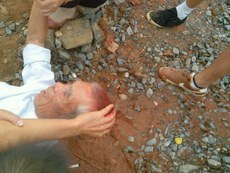 湖南省岳阳市平江县的数百村民周一因抗议当地政府在骗征的土地上开工,遭到警察暴力镇压,多人被打伤,十余人被捕。(受访者提供/记者忻霖)