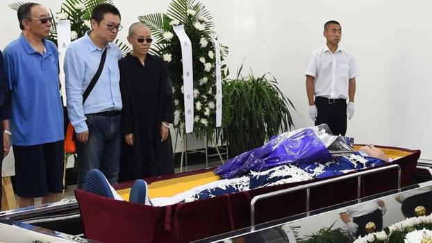 刘霞和亲友在刘晓波的葬礼上(法新社)