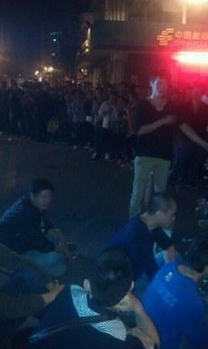 广东省佛山市当局星期二出动三百城管、警察驱逐摊贩时引发冲突,多名摊贩被打伤,近千人围观。(新浪微博)