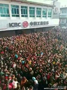 甘肃省金昌市永昌县一超市逼死偷窃小女孩事件引发巨大反响,数千市民连续三日围堵该超市讨说法,造成交通瘫痪。(微博图片)